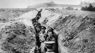 prima guerra mondiale Soldati britannici allineati in una trincea stretta 28 ottobre 1914 (Foto di Hulton Archive/Getty Images)