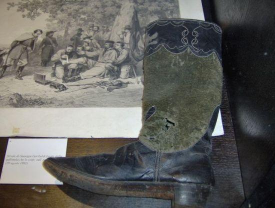 Stivale di Giuseppe Garibaldi forato da pallottola