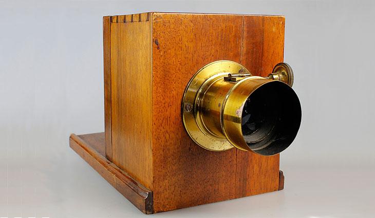 Fotocamera per dagherrotipia. Obbiettivo di ottone a tappo - 1860