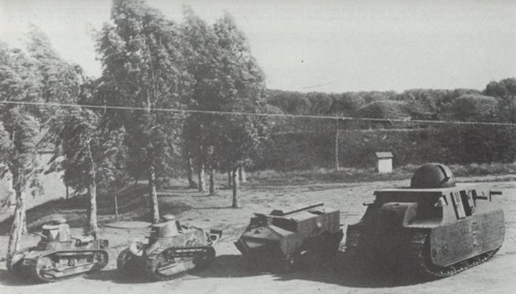 Fiat 2000 vicino ai carri Schneider, Renault FT 17 e la Fiat 3000