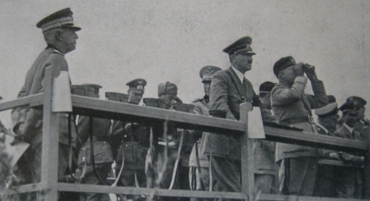 Il Re Vittorio Emanuele III, Mussolini e Hitler durante l'esibizione dell'Operazione H - Furbara - 8 maggio 1938