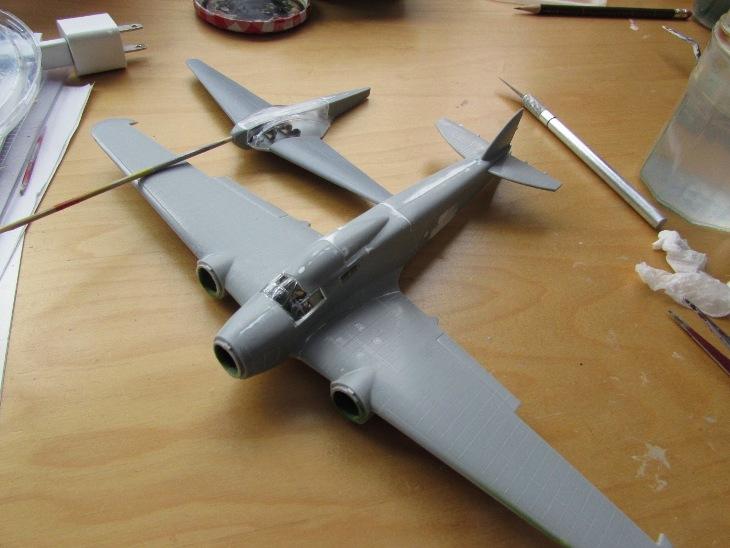 Stabilizzatori e tettoia in posizione. L'aereo più piccolo è un NIAI Fanera 2, che può trasportare pilota e quattro passeggeri!