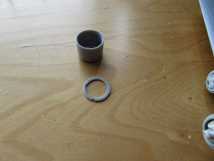 Le cappottature sono state bloccati in posizione attraverso un anello, in realtà è una soluzione mal concepita, poiché nella realtà impedirebbe il flusso d'aria