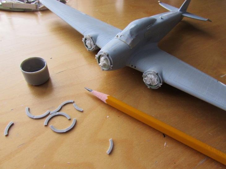 Dagli anelli vengono tagliati piccoli tratti e incollati alle gondole nei posti giusti per servire come guide