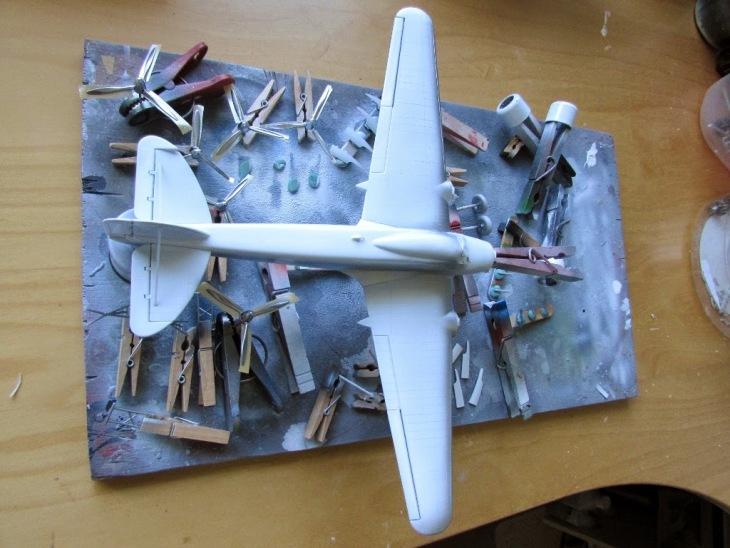 Una vernice di alluminio viene spruzzata su alcune zone della fusoliera. Altre sfumature di alluminio vengono applicate a parti di ricambio, accessori, ecc. Alcune parti appartengono all'altro kit Italeri S.79, costruito in parallelo