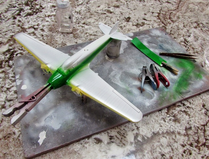 Il verde è aerografato, le maschere proteggono le aree che sono dipinte già in alluminio