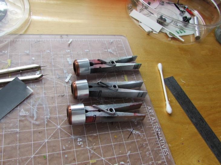 Le decalcomanie autocostruite dell'acciaio bruciato sono applicate ai cofani in un'area che mostra una lastra di metallo scuro dietro lo scarico nelle foto
