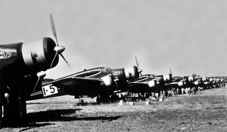 Lo schieramento dei Savoia Marchetti S.79C e dei Fiat Br.20A a Istres prima della partenza