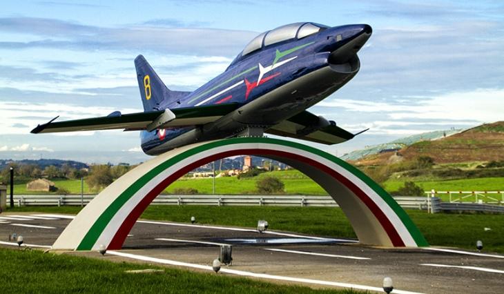 17 - Fiat G.91T/1 - 75 anni Aeronautica Militare Italiana - Presso aeroporto di Guidonia con un'improbabile livrea delle Frecce