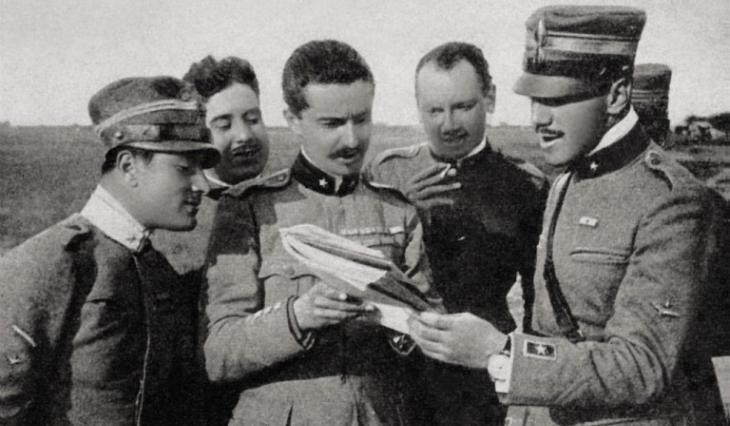 Alcuni dei membri della Squadriglia degli assi; da sinistra il tenente Gastone Novelli, il tenente Ferruccio Ranza, il capitano Fulco Ruffo di Calabria, il capitano Bartolomeo Costantini e il maggiore Francesco Baracca.